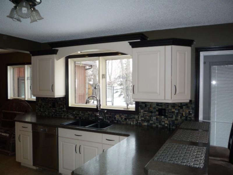 Staggered upper cabinets with contrasting crown