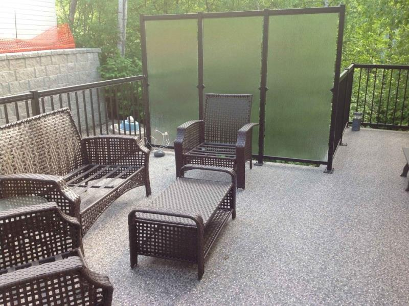 Vinyl/6-Ft High Rails With Privacy Glass